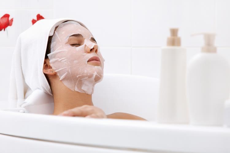お風呂でパックをする女性