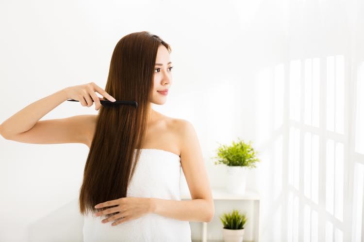 髪をほぐす女性