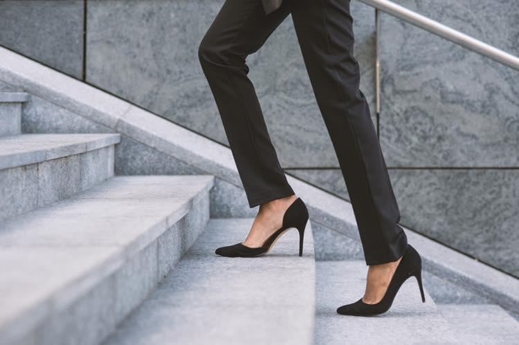 ヒールで階段をのぼる女性